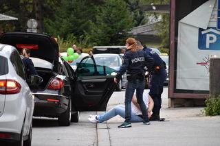 Die Polizei konnte das Fahrzeug vor den Kufstein Galerien anhalten und nahm die drei Männer vorläufig fest. (Foto: Fluckinger)