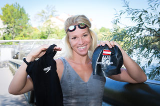 Schwimmnixe Jördis Steinegger hat ihre Kampfausrüstung mit, die sie am Promiflohmarkt auch persönlich an die Frau oder den Mann bringen möchte.