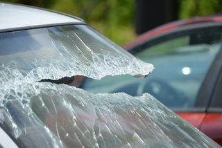 Die Täter schlugen eine Scheibe ein und stahlen aus dem Auto eine Brieftasche