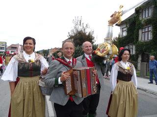 Beim Wiesenmarktumzug tragen die Mitglieder der Volkstumsgemeinschaft St. Veit die Freyung zum Rennbahngelände
