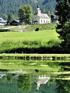 Kirche in Untertauern im Spiegelbild