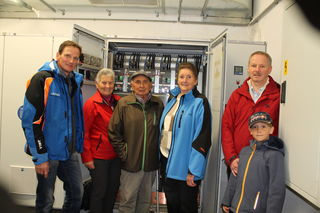 Anton zeigte den Besuchern den Stromkasten in der Pumpstation.
