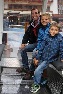 Mit der Glasbodengondel ging es senkrecht hinauf auf 30 Meter. Auch Alexander, Florian und Josef wagten sich in luftige Höhe.