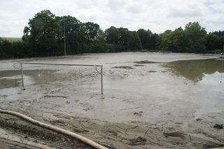 Der verschlammte Fußballplatz in Ottensheim nach dem Hochwasser 2013.