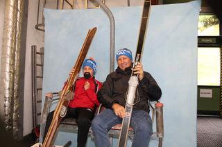 So saß man früher am Sessellift, ohne Bubble, ohne Sitzheizung, ausgerüstet mit filigranen Skiern.
