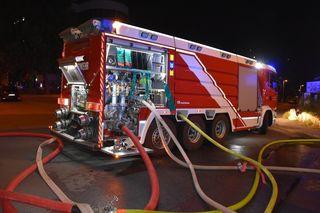 30 Einsatzfahrzeuge waren am Sonntag bis in die frühen Morgenstunden damit beschäftigt, den Brand in der Karl-Farkas-Gasse unter Kontrolle zu bringen.