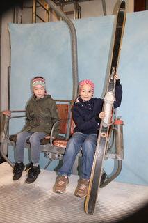Doppelsessellifte mittlerweile aus dem Skigebiet fast verschwunden. Nora und Marie nahmen auf dem alten Hochbrand-Doppelsessel Platz, Dazu gab's ein Paar passende Ski in die Hand.