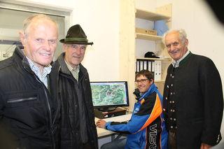 Ambros Gschwandtl, Josef Viehhauser und Josef Hettegger ließen sich von Hans-Jörg die Schneeanlage am Bildschirm erklären.