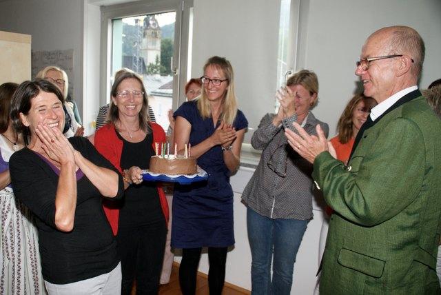 Die Torte zum zehnjährigen Jubiläum sorgte für strahlende Gesichter. Links im Bild Geschäftsführerin Brigitte Bauer.