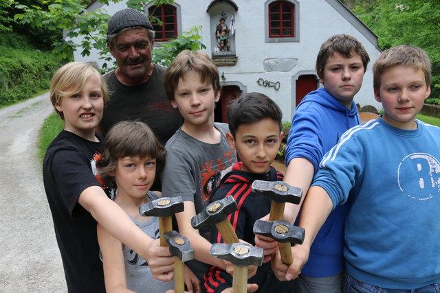 """Beim Kurs der Begabtenakademie mit Schmiedemeister Sepp Eybl in Ybbsitz nimmt man """"Talenteschmiede"""" wörtlich."""