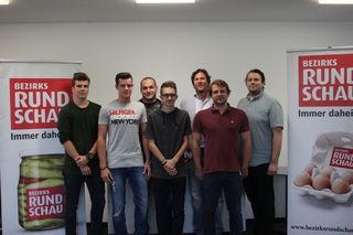 Alexander Intering, Lukas Lengauer, David Blazevic und Lucas Böhmler mit dem Team der BezirksRundschau Linz-Land.