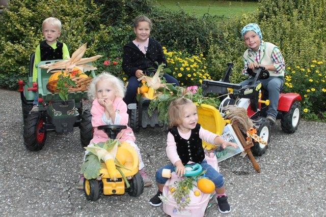 Leo, Ella-Marie, Yasemin, Lara-Sophie und Paul haben ihre Traktoren schön geschmückt