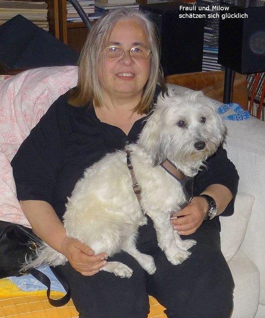 Gertraud Schröter mit ihrem traumatisierten Hund.