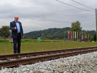 Waldings Bürgermeister Johann Plakolm zeigt, wo die neue Kaufpark-Haltestelle an der Mühlkreisbahn hinkommen soll.