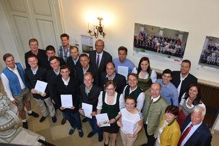 Absolventen des Educa-Lehrgangs 2016/17 mit Ehrengästen wie Jakob Auer (r.) und Max Hiegelsberger (2. Reihe, 2.v.r.).