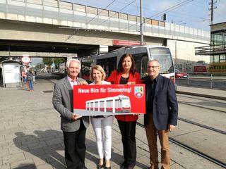 Von der U3 nach Kaiserebersdorf soll der neue 11er führen: BV-Stv. Peter Kriz, Alexandra Reinagl (Wiener Linien), Stadträtin Ulli Sima und Harald Troch (SPÖ Simmering) präsentierten das Projekt (v. li.).