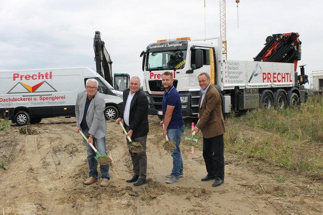 Bauprojektleiter Alfred Kaindlbinder, Bürgermeister Franz Füreder, Geschäftsführer Stefan Prechtl und Architekt Eduard Moser (v. l.).