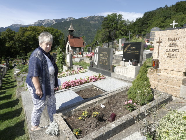 Christine Walenta beim Grab ihrer Mutter. Hier tobten sich Rowdys aus und stahlen sogar Erde aus der Grabstätte.