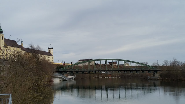 In der Mitte der Traunbrücke liegt die Gemeindegrenze.