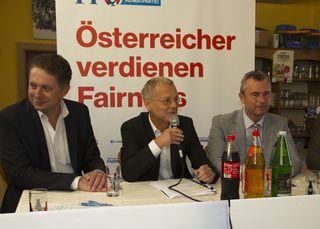 LR Alexander Petschnig (li.) und 3. Nationalratspräsident Norbert Hofer (re.) präsentierten bei der von Bezirksblätter-Chefredakteur moderierten Diskussionsveranstaltung das FPÖ-Wirtschaftsprogramm.