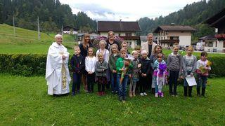 Die gesamte Volksschule Pöham zählt 15 Schülerinnen und Schüler – im Bild mit den Lehrerinnen und Pfarrer Außersteiner.