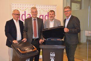 """""""Zwei Tonnen für eine saubere Zukunft"""": Alfred Buchberger, Anton Kasser, Wolfgang Lindorfer, Karl Huber."""