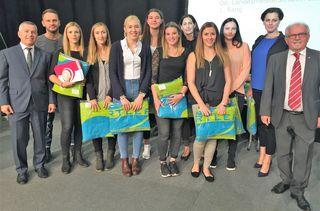 Vor ihrem Debüt in der Bundesliga wurden die Trauner Handballdamen für ihre Lesitungen in der vergangenen Saison von der Stadt Traun geehrt.