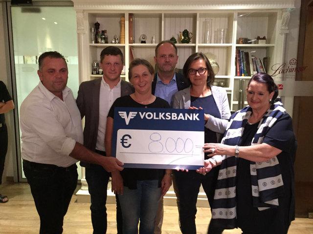 Max und Sandra Hofbauer samt Mitstreitern können wieder einen Scheck in Höhe von 8000 Euro an die Kinderkrebshilfe übergeben.