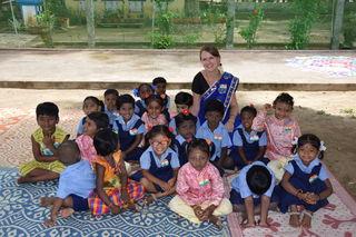 Die Freinbergerin Michaela Meindl mit indischen Kindern.