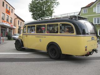 Per Oldtimer-Bus ging es für die Neubürger durch die Gemeinde.