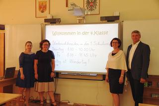 Volksschullehrerinnen Eva Stranzl (li.) und Martina Gratzer, Direktorin Sabine Unger und Bürgermeister Vinzenz Knor