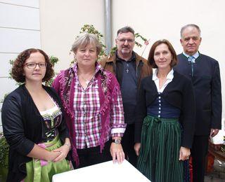 Agape nach der Feier: Verena Heiligenbrunner, Maria Adensam, Franz Groiß, Martina Grill und Emmerich Weiß (v.l.).