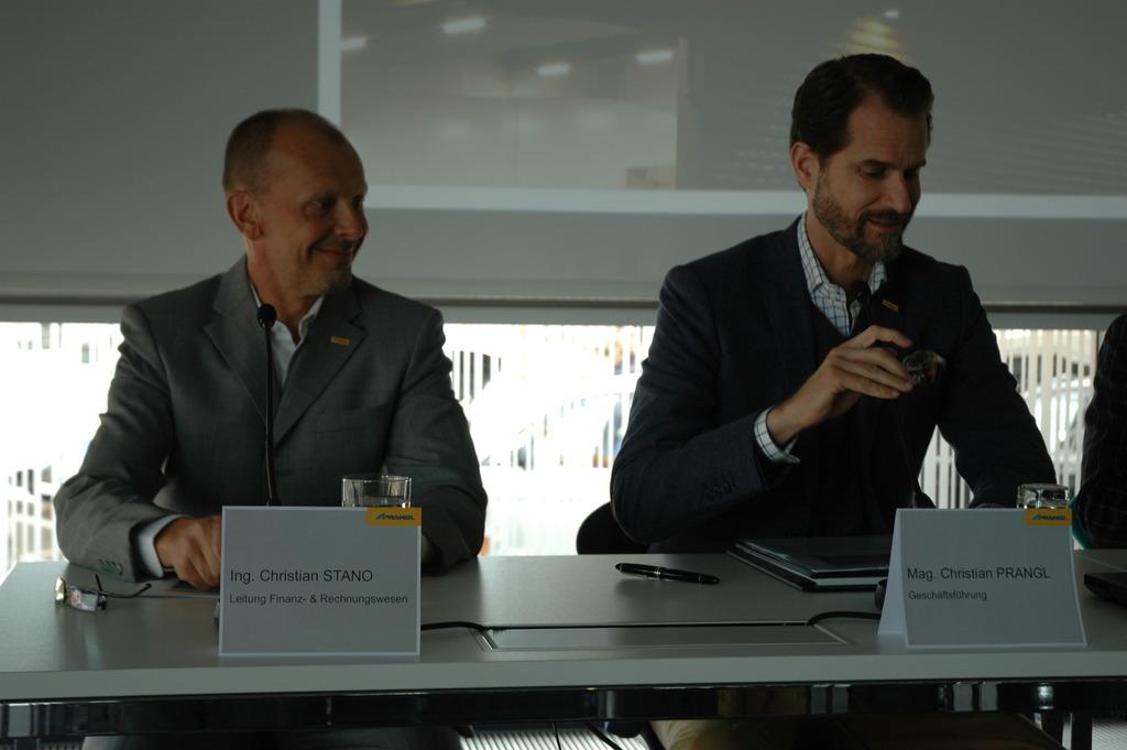 Christian Prangl (rechts) erzählt über die Geschichte des Unternehmens.