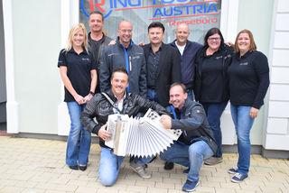 Ring Tours-Geschäftsführer Mario Ifkovits (3. v. li.) mit seinen Mitarbeitern sowie den Poleros und Manuel Eberhardt.