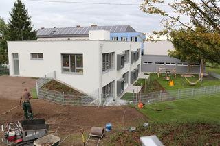 Der Neubau beinhaltet jeweils drei Räume für die Weißkirchner Krabbelstuben- und Nachmittagsbetreuungsgruppen.