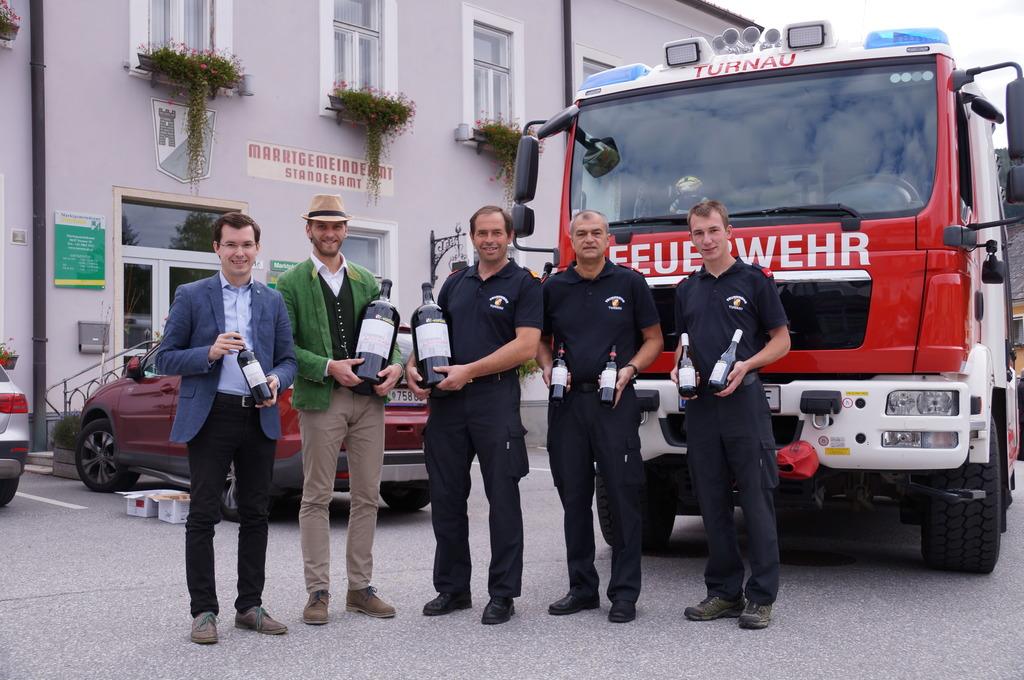 Übergabe des Löschweins: Am Freitag übernahmen die Turnauer Florianijünger den Wein von Mathias Wenzel (2.v.li.).