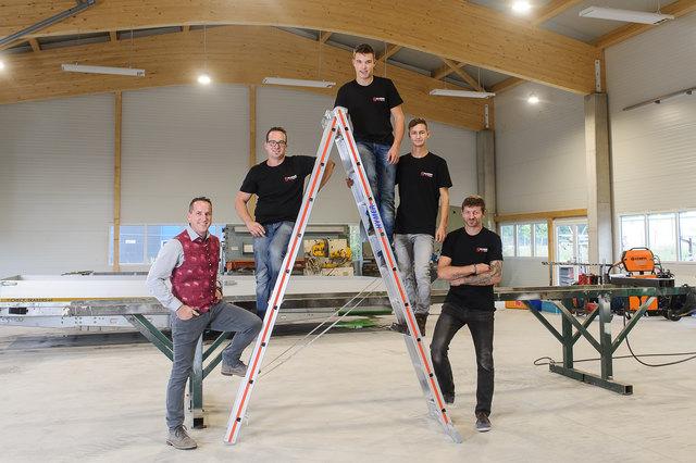 Die Mitarbeiter David Joham, Alexander Spörk, Thomas Spitaler und Gabriel Arbeitstein mit Johannes Sallinger in der neuen Halle