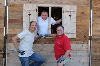 Robert Ruhdorfer, Harald Taupe und Dietmar Hoi packen beim Aufbau ihrer Erdinger Urweiss Hütt'n kräftig mit an