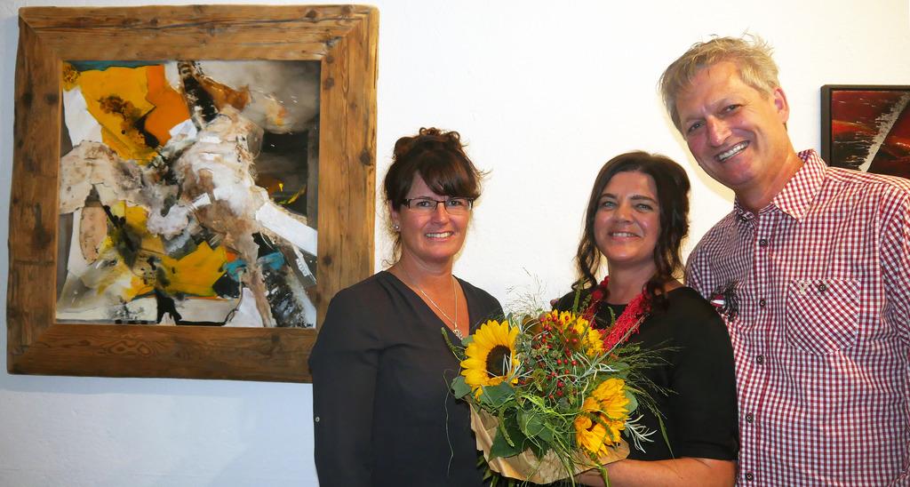 Bei der Eröffnung: Vize-Bgm. Barbara Huber, die Künstlerin Karoline Maahs-Franke und ihr Gatte Bernd Maahs.