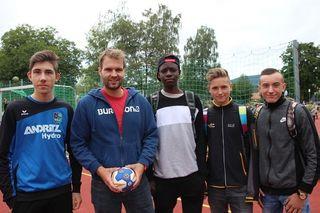 Koordinator für Sport und Freizeit Gernot Schoberer (2.v.l.) mit Sportlern des Weizer Handball-Vereins.