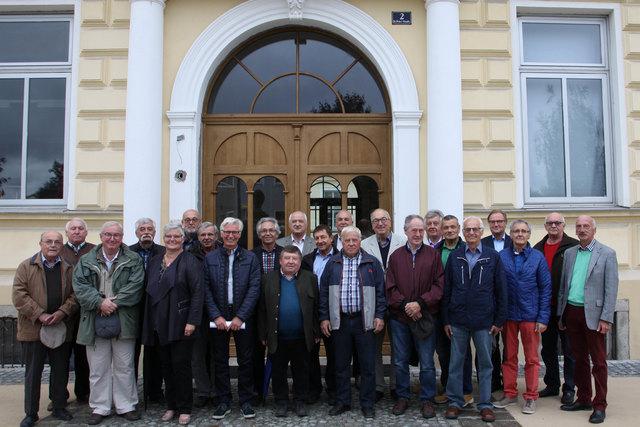 Die ehemaligen Marianisten mit Gottfried Peyr (links) und Direktorin Hedwig Hartmann (5. von links).