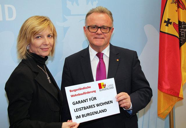 Stolz auf die Burgenländische Wohnbauförderung: Claudia Pingitzer (Leiterin der Wohnbauförderung) und LH Hans Niessl