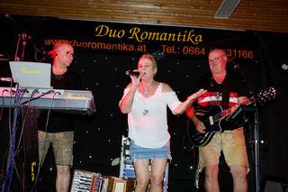 "Klaudia Perees trat gemeinsam mit dem ""Duo Romantika"" auf."