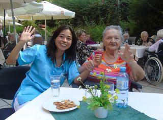 Ausgelassene Stimmung in Pressbaum: Mitarbeiterin Vera Halbwachs und Bewohnerin Theresia Schachinger auf der Feier.