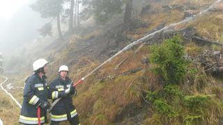 Brandbekämpfung auf der Flattnitz: Durch einen Blitzschlag kam es zu einem Waldbrand