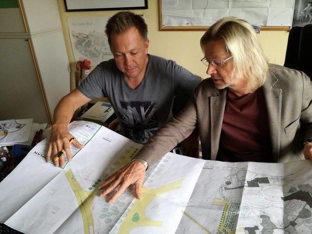 Ing. Markus Bauer mit Land- und Gastwirt Karl J. Reiter bei der Projektbesprechnung