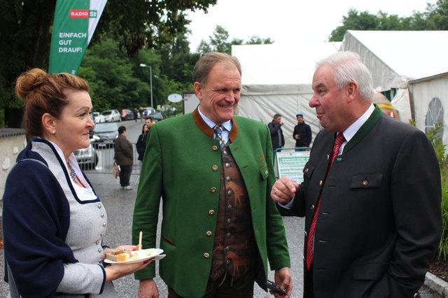 LH Hermann Schützenhöfer und Organisator LAbg. Erwin Dirnberger mit Begleitung beim Käsefest