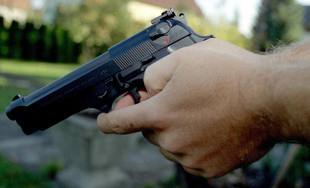 Am Samstag versuchte ein Mann, eine Tankstelle in Hornstein zu überfallen. Er war laut Polizei mit einer schwarzen Pistole bewaffnet.