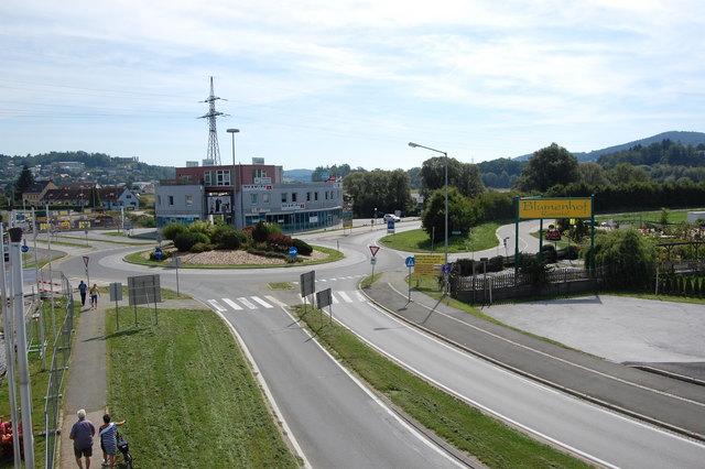 Der WEZ-Kreisverkehr ist bereits in Arbeit, nächste Woche starten die Bauarbeiten für einen weiteren Kreisverkehr.