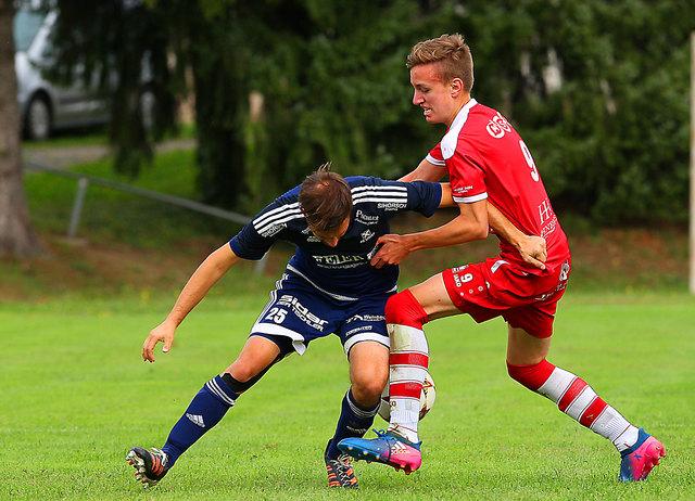 Eibiswalds Lukas Klug (r.) traf zum 2:0, musste dann mit Gelb-Rot vorzeitig vom Platz.